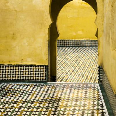 Palacio en Meknés, con paredes amarillas y reflejo de lluvia en Marruecos. Fotografía de Milena Martínez, fotógrafa en Madrid