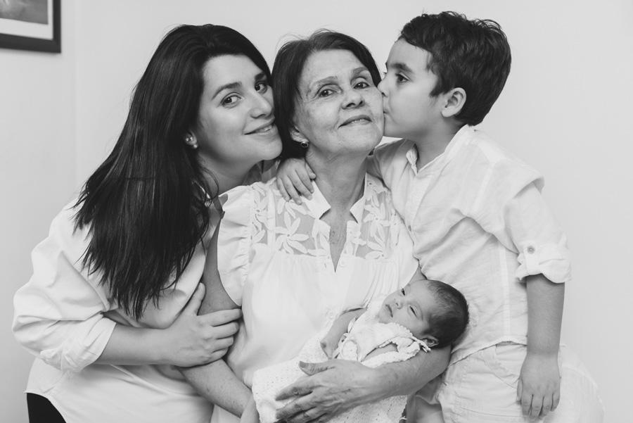 familia ecien nacido bebe fotografia newborn madrid fotografa milena martinez casa sesion shooting